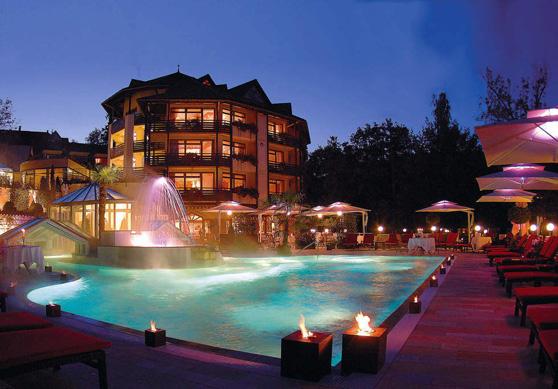 Stimmungsvoller Blick vom Garten auf das Hotel Romantischer Winkel Spa & Wellness-Resort